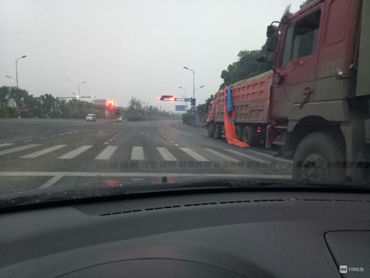 胆子嘎大!工程车在乾元一路畅行,校门口红绿灯形同虚设!