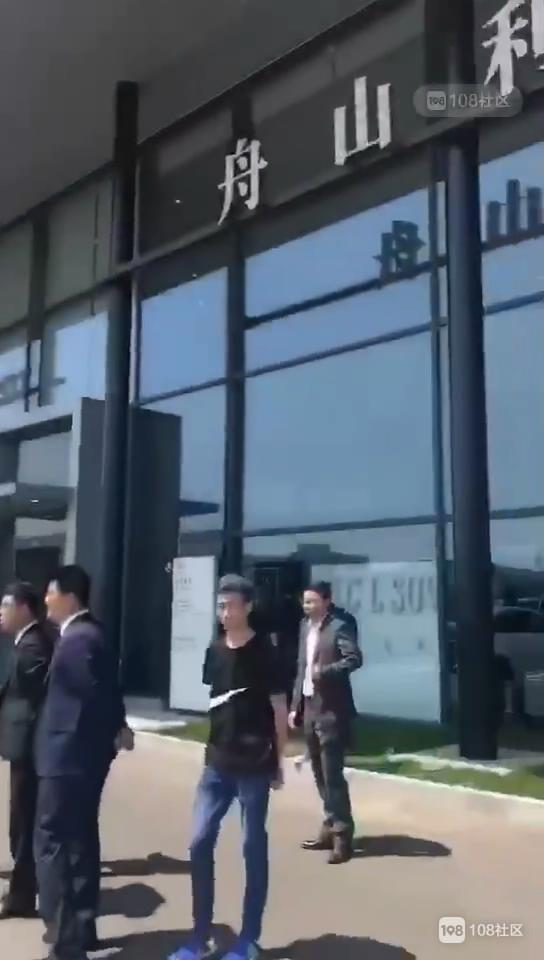 定海奔驰车主齐聚4S店门口  车上贴满珍爱生命标语!