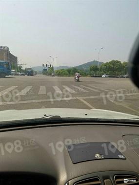 去新昌方向女电动车骑手嚣张抢道太气人!下次遇到就曝光