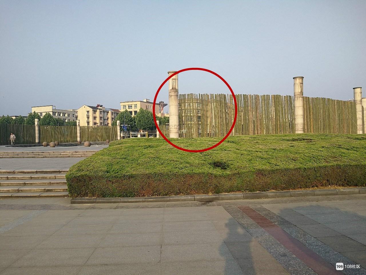 千秋广场搭起大阵仗!竹条包裹绕一圈,凑近一瞧原来…