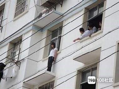 姑娘失恋喝了3瓶黄酒,从9楼跳楼卡在了7楼