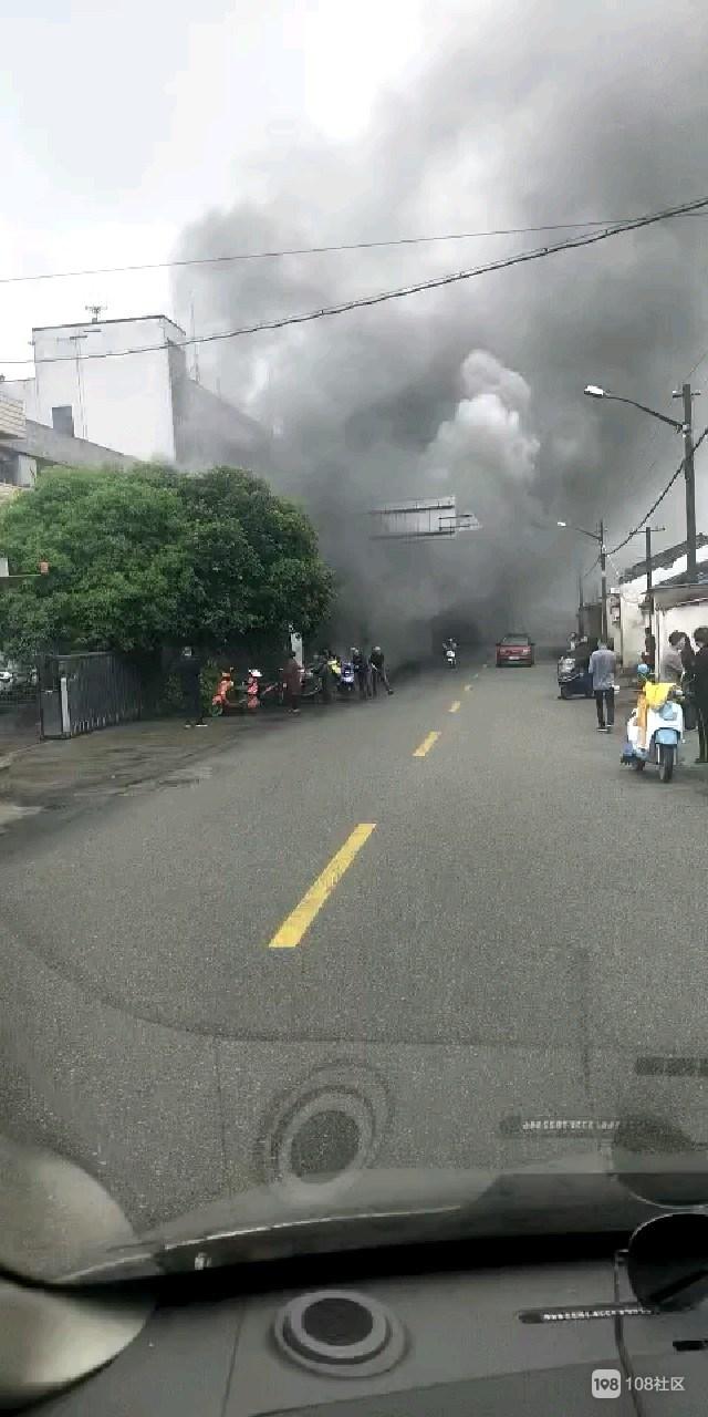 白泉一印染厂附近起火  工人纷纷推着电动车逃出厂外