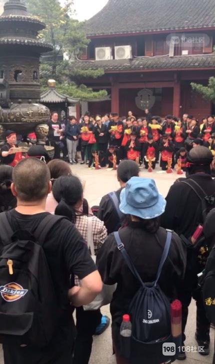普陀山惊现一群少数民族 唱着嘹亮的民歌拜佛