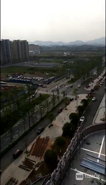 江山一工棚突发大火,一条黑龙直冲云霄(视频)