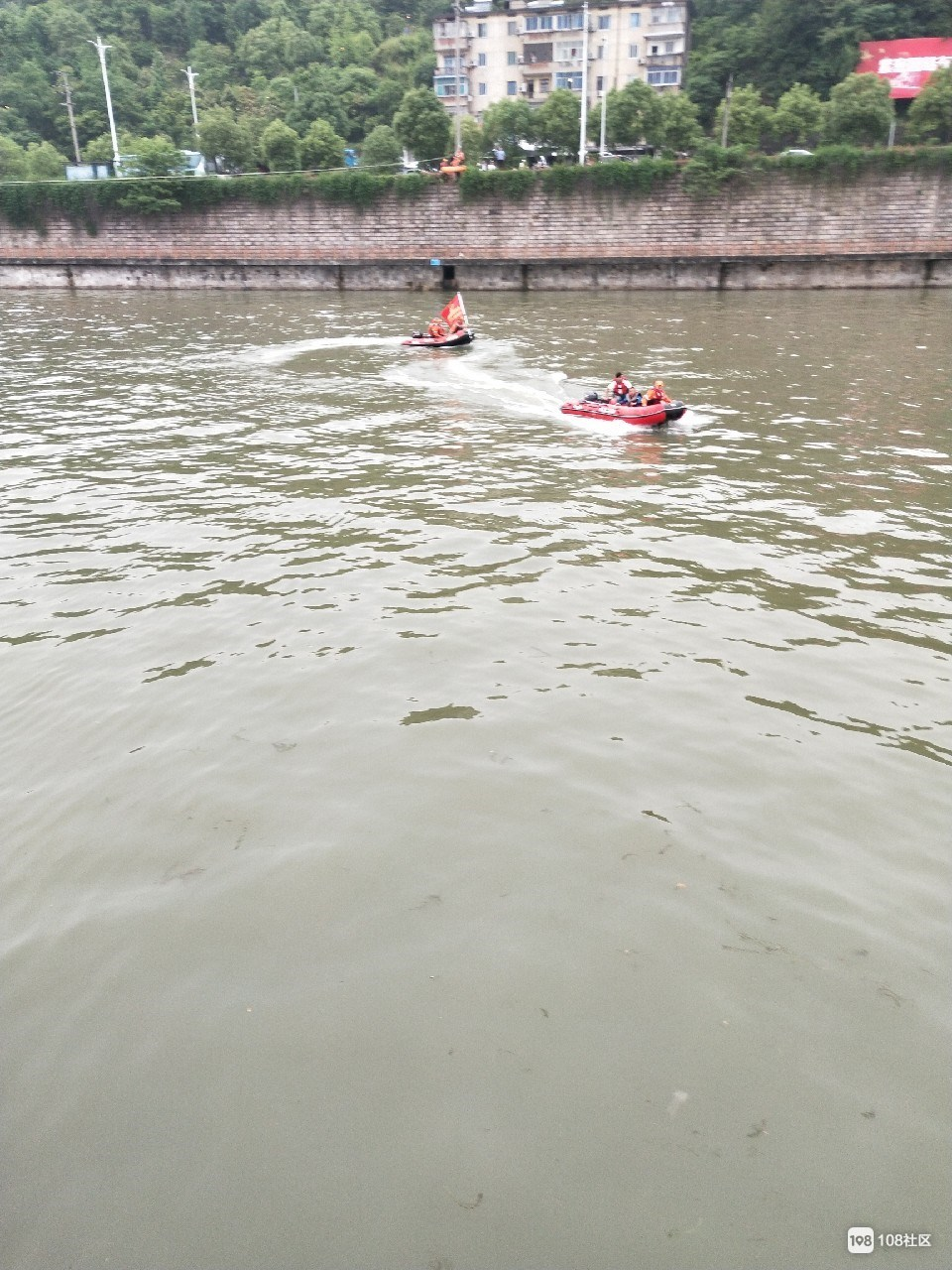 湖莲潭浮尸打捞时,江滨也有大事!陆野开着救生艇…