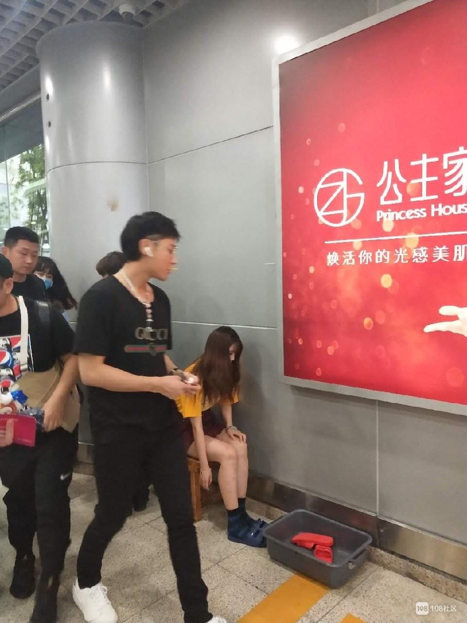 机场偶遇超人气流量男星  社友却都说不认识!