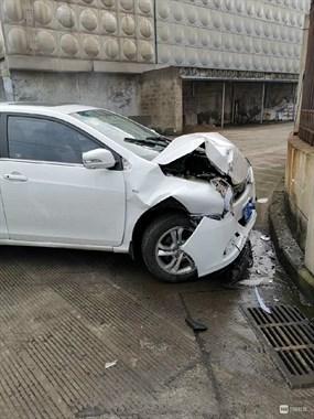 损失惨重!罗中路小轿车一头撞向路边,没想到原因竟是…