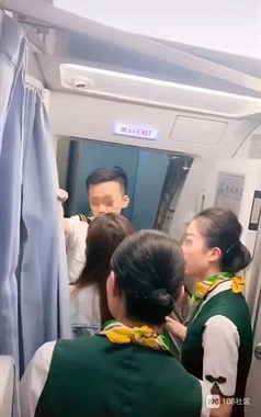 扒飞机舱门?!大妈为等购物女儿致飞机延误,160名旅客凌晨苦等…
