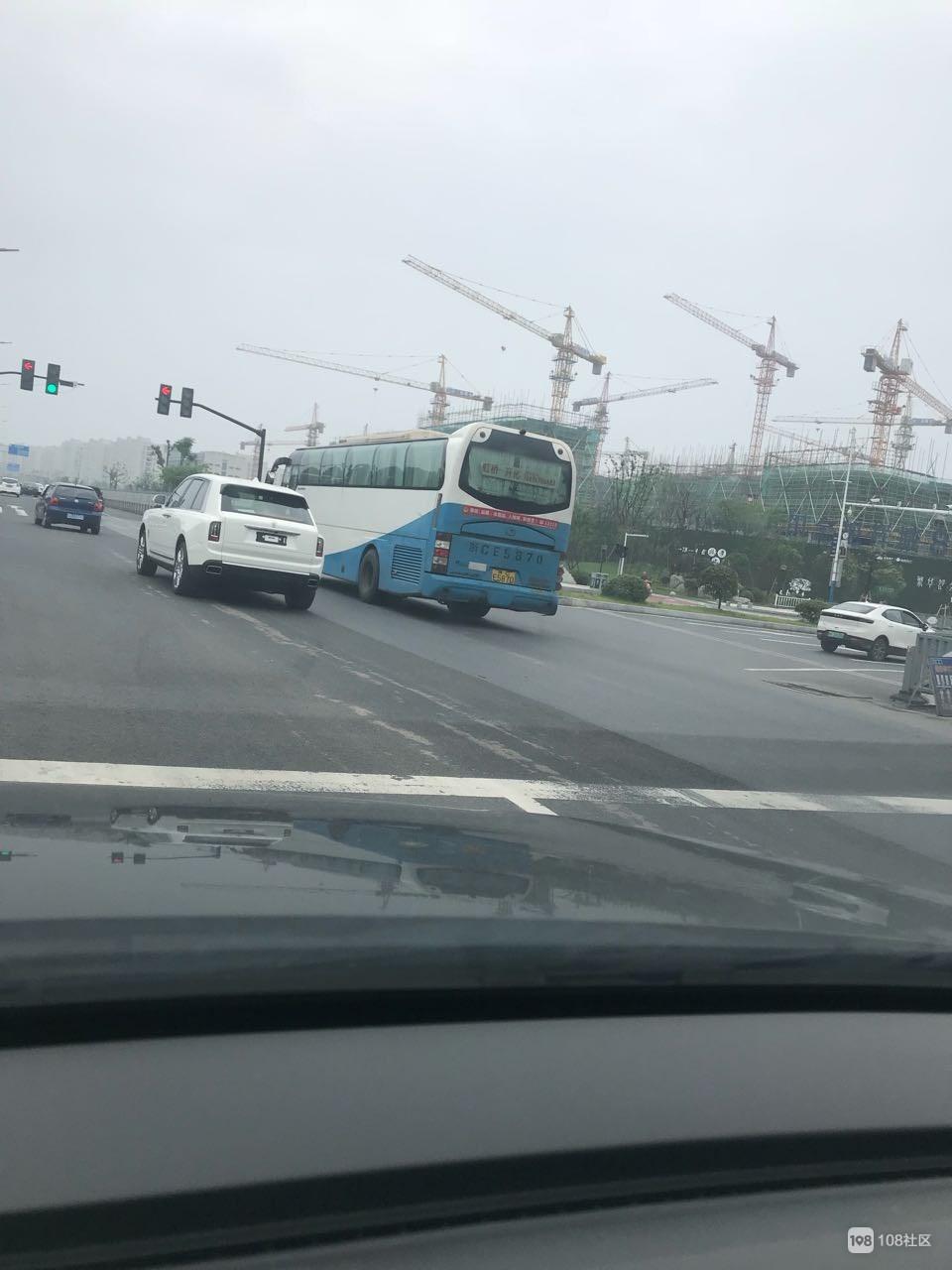 衢城又多了一辆豪车,社友街头偶遇800万劳斯莱斯!