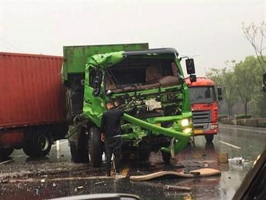 104国道发生严重车祸!司机被车头卡住满头是血…现场太惨