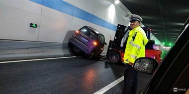 惊险!平江路隧道老司机开车开墙上去,差点翻车…