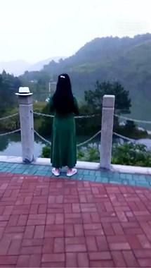 背影孤独!每天早上5点,一名绿裙女子站在小河边…