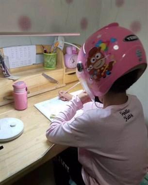表妹写作业错太多  害怕被打居然戴上了头盔...