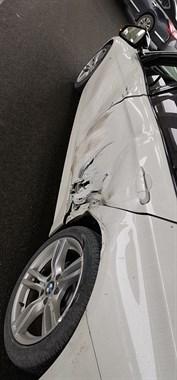 温岭老板心都碎了!新买的宝马被水泥车撞个大坑
