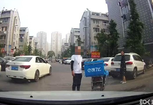 汇头王一男子撞车逃逸!听说要叫交警,直接撒腿就跑