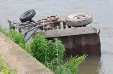拖拉机开进河里!平桥一老倌躺地不能动弹 人已急送医院