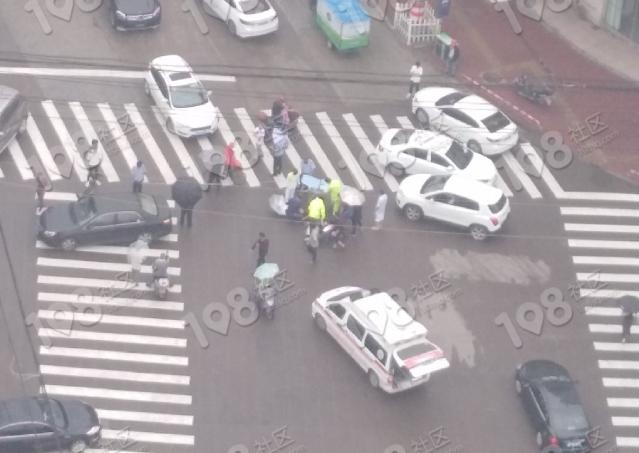 当代阳光路口咋回事?噶多人撑伞堵在路中央!救护车都来了
