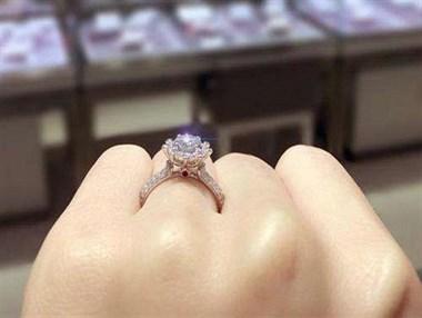 嫁他时家里穷老婆啥都没,富裕后他竟给小三买钻戒