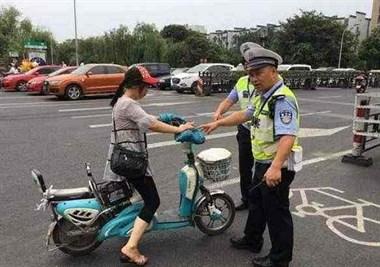 女子戴了头盔也没载人  只因掏出手机看了一眼被处罚!