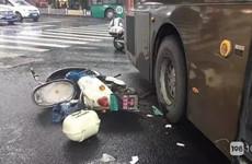 孕妇被卷入公交车底 因戴着丈夫的爱让她死里逃生