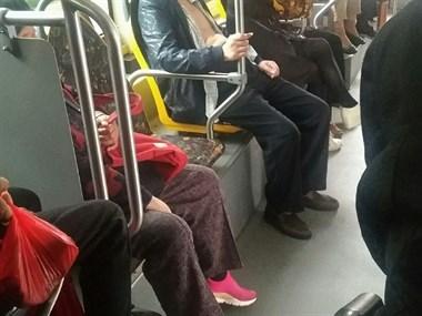 公交车上一大叔袒胸露腹  这样也太不雅观了吧...