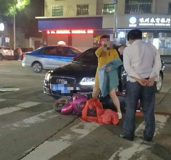 中邪了?富民街同一路口接连发生2起事故,2辆电动车被撞翻