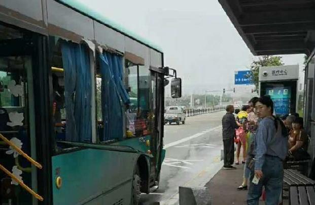 公交驶进医疗中心站后玻璃碎成渣!一乘客受伤