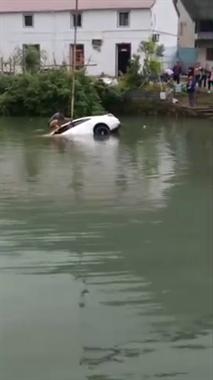 马剑一辆小车开进鱼塘里,水把车身全淹了...