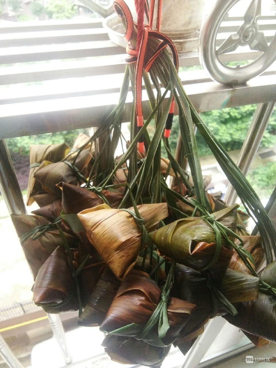 这传统美味往阳台上一绑就可以开工了!耗时耗力但人人都爱