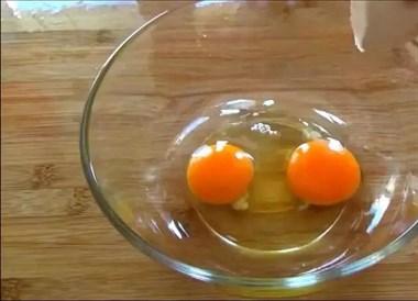 一整块豆腐扔到蛋液里,勺子一压、筷子一搅,3个不够吃
