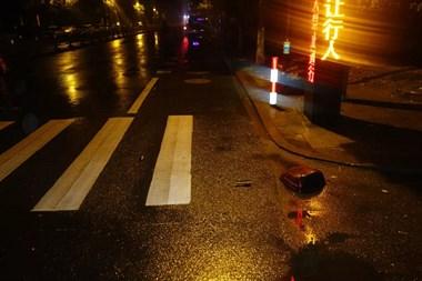深夜惊魂!老鹰山烈士陵园旁一车被撞,司机竟然...