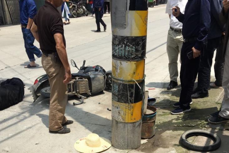崧厦一男子骑车撞电线杆 人有点严重已被送去医院