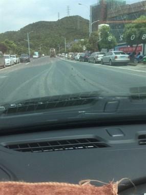 混凝土车一路洒泥!干净的马路被糟蹋成这样...