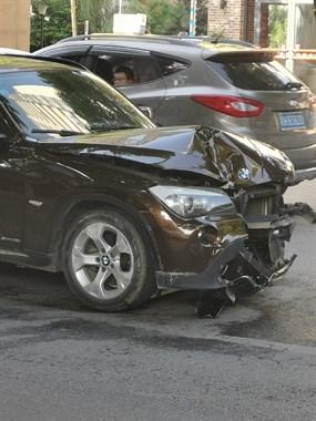 惨烈!新德园一宝马车发生车祸 整个车头都碎了!