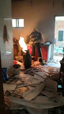 景德镇一民房内煤气罐起火 消防蜀黍徒手抱出!