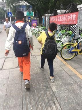 大清早延平街头偶遇小学生这举动,社友直呼看着感动