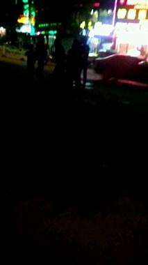 马站一女子半夜坐路边,地上湿漉漉一片,随后被送往医院