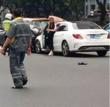 奔驰女司机闯红灯冲向人群,致13人受伤!事发时她竟在…