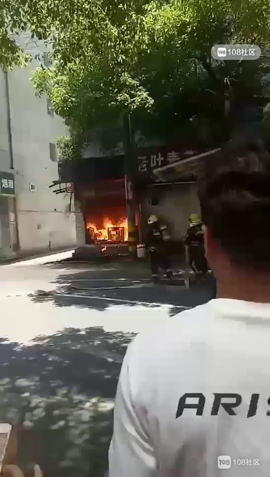 城东内衣店大火熊熊!现场拉起警戒线,曝起火原因…