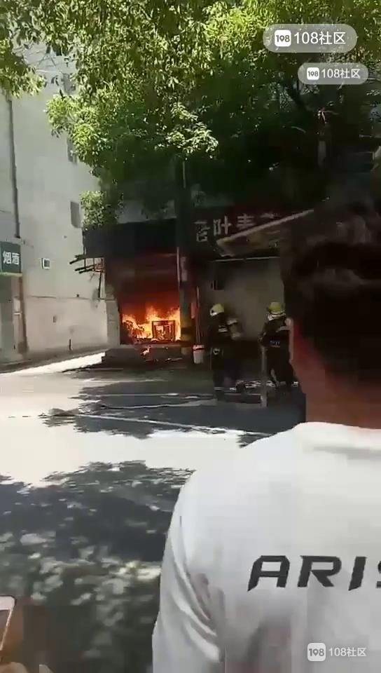 东门火灾多人围观,墨镜哥大吼一声!瞬间有东西砸下