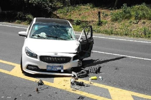 205常山段一轿车撞上货车,轮胎滚落轮毂分离!