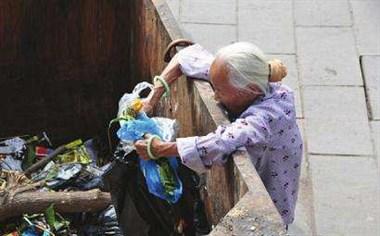 84岁奶奶天天捡垃圾堆在家里,味道难闻!想劝她却无法开口