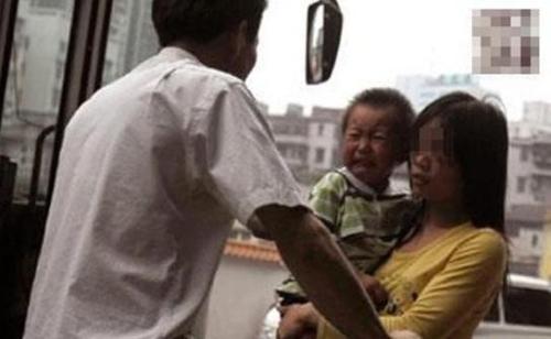 被奇葩夫妻吵醒3次,声音一声比一声高!孩子哭得撕心裂肺