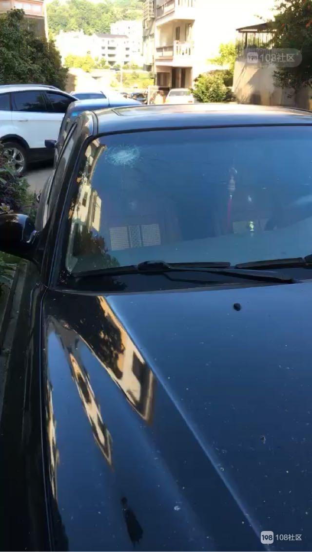已报警!停在家门口的轿车被人砸破,这是得罪谁了?