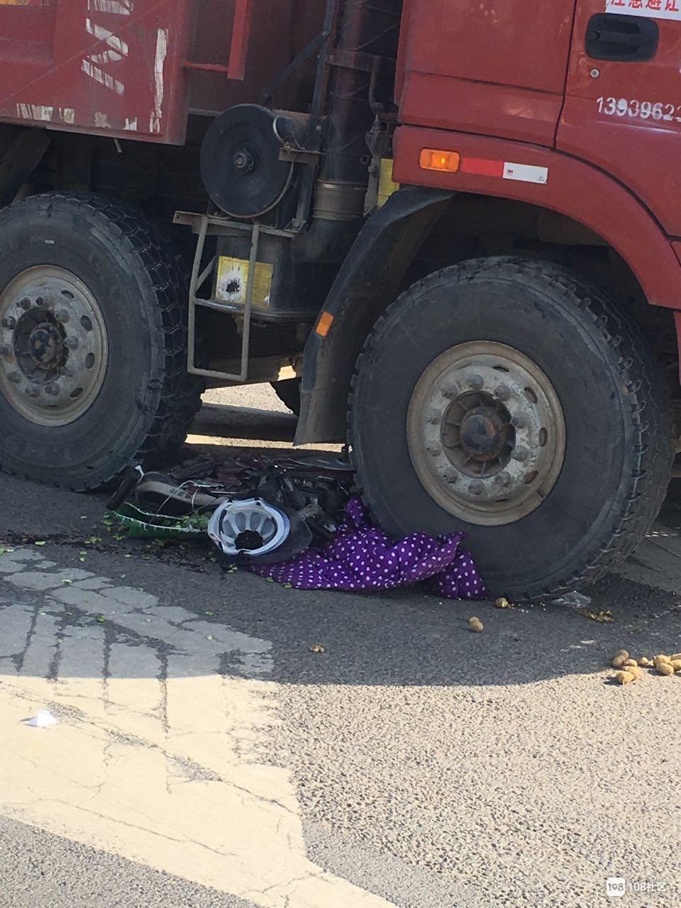 突发!白鹤惨烈车祸 电动车被卷入卡玛斯车底 地上一滩血
