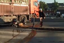 血流满地!丰士一男子惨遭货车碾压,拖行近十米!腿被碾碎!