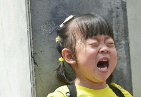 纸厂3岁女孩把纽扣电池塞进鼻孔,辗转多家医院后…