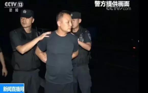 称霸一方十几年,这个村主任终于被警察带走了