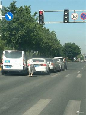 海宁江南大道发生车祸,五车连撞!还有个豪车…路人看懵了!