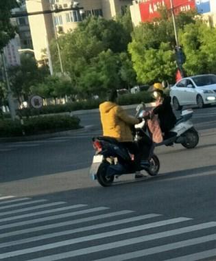 黄袍加身?别人都穿短袖了,东站路口这大哥居然穿着大棉袄!